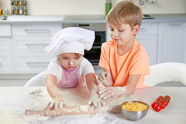 children making pizza