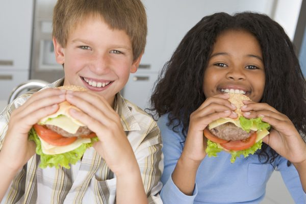 Kids eating cheeeburgers